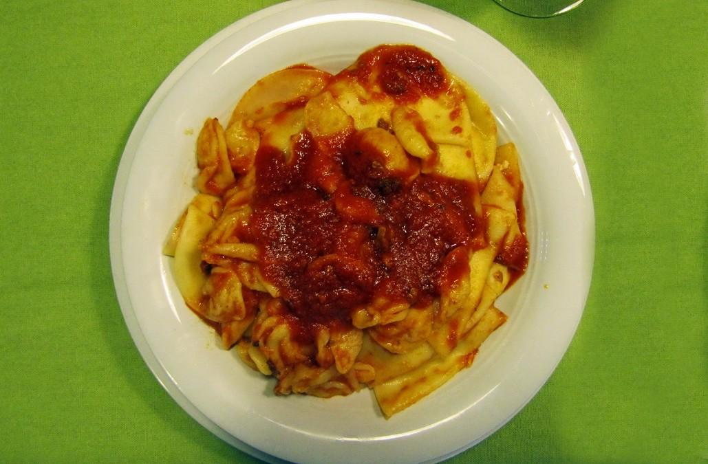 """Sei su: piatto tipico materano: """"Ricchjtedd_i_calzin"""" (orecchiette e calzoni)"""