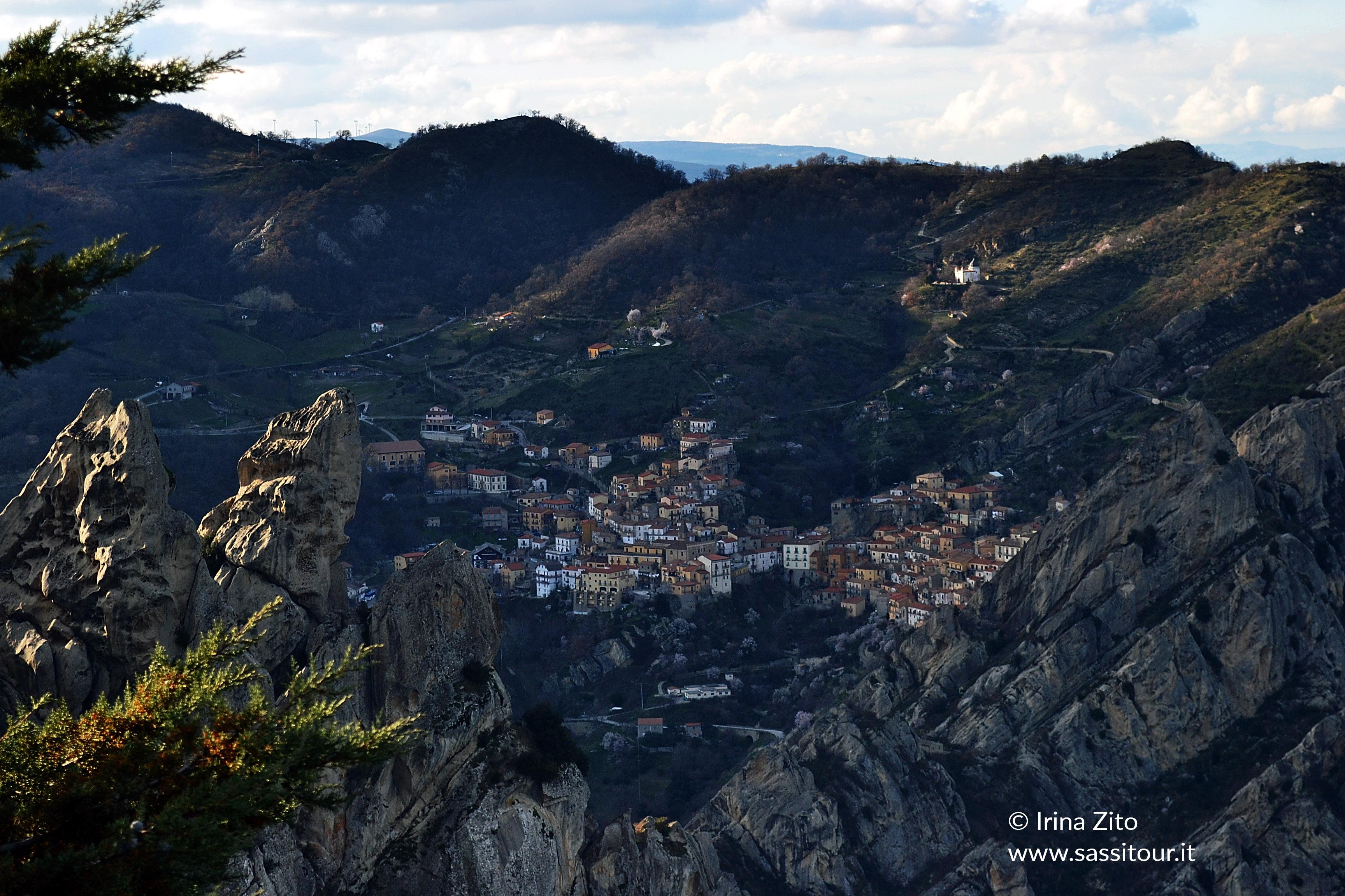 Sei su: panoramica di Castelmezzano visto da Pietrapertosa.