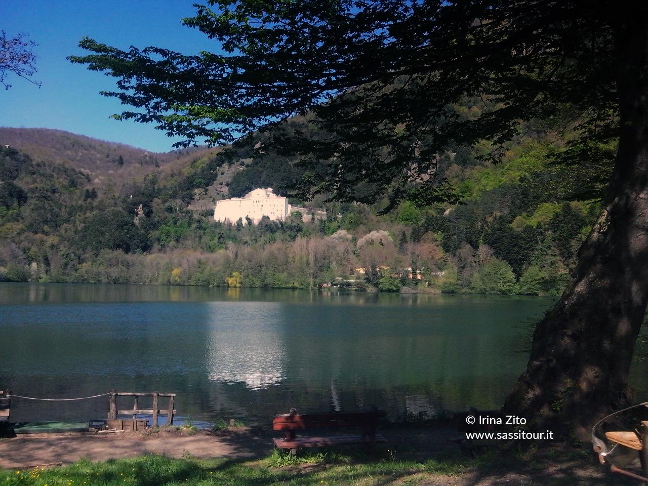 Il Monastero di San Michele Arcangelo specchiato nei laghi di Monticchio.