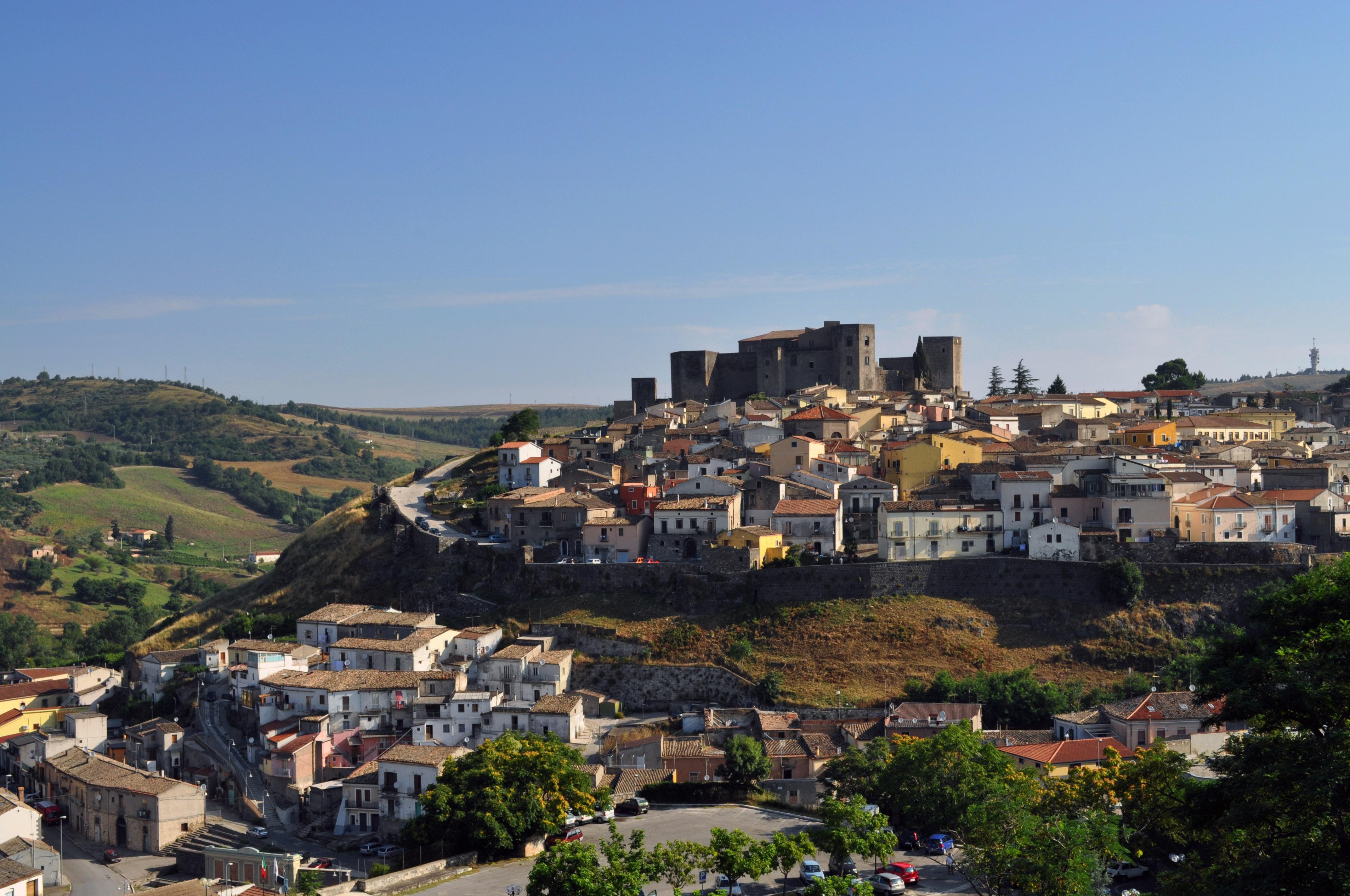 Vista del centro antico di Melfi, dominato dal Castello federiciano.