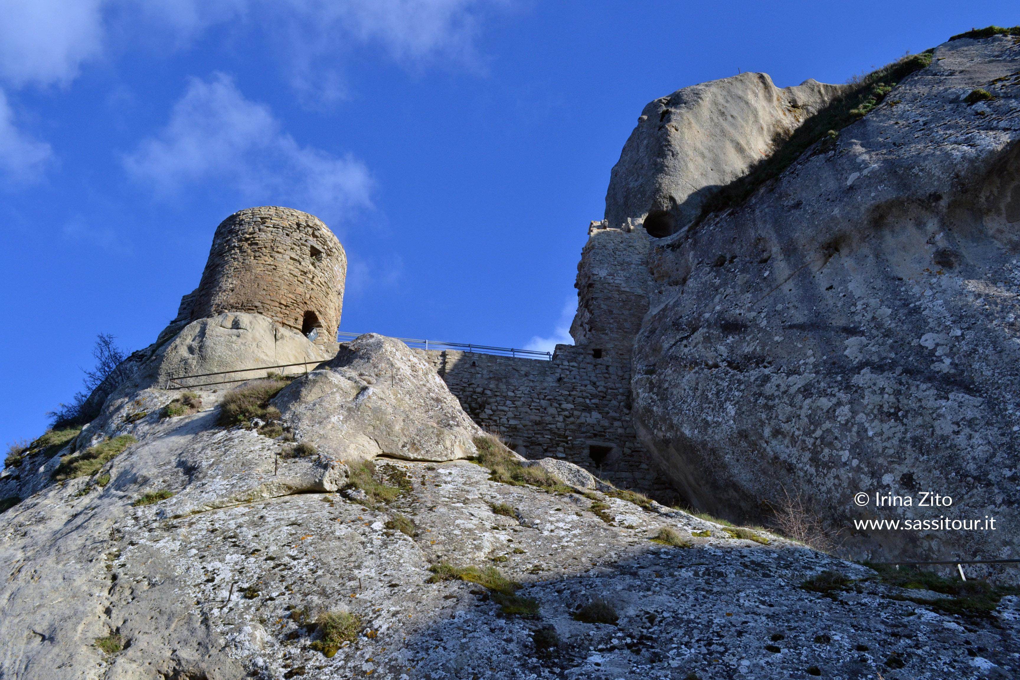 Sei su: il castello di Pietrapertosa si eleva dalla roccia della montagna.